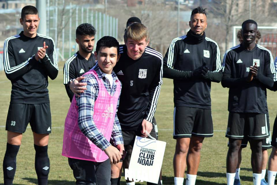 A young fan meets the FC Noah players at the training ground.