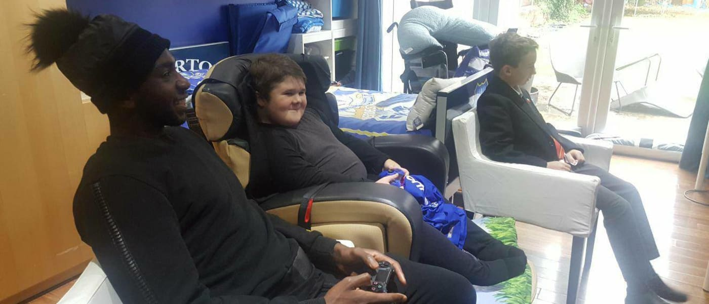 Everton fan Noah playing FIFA with Yannick Bolasie