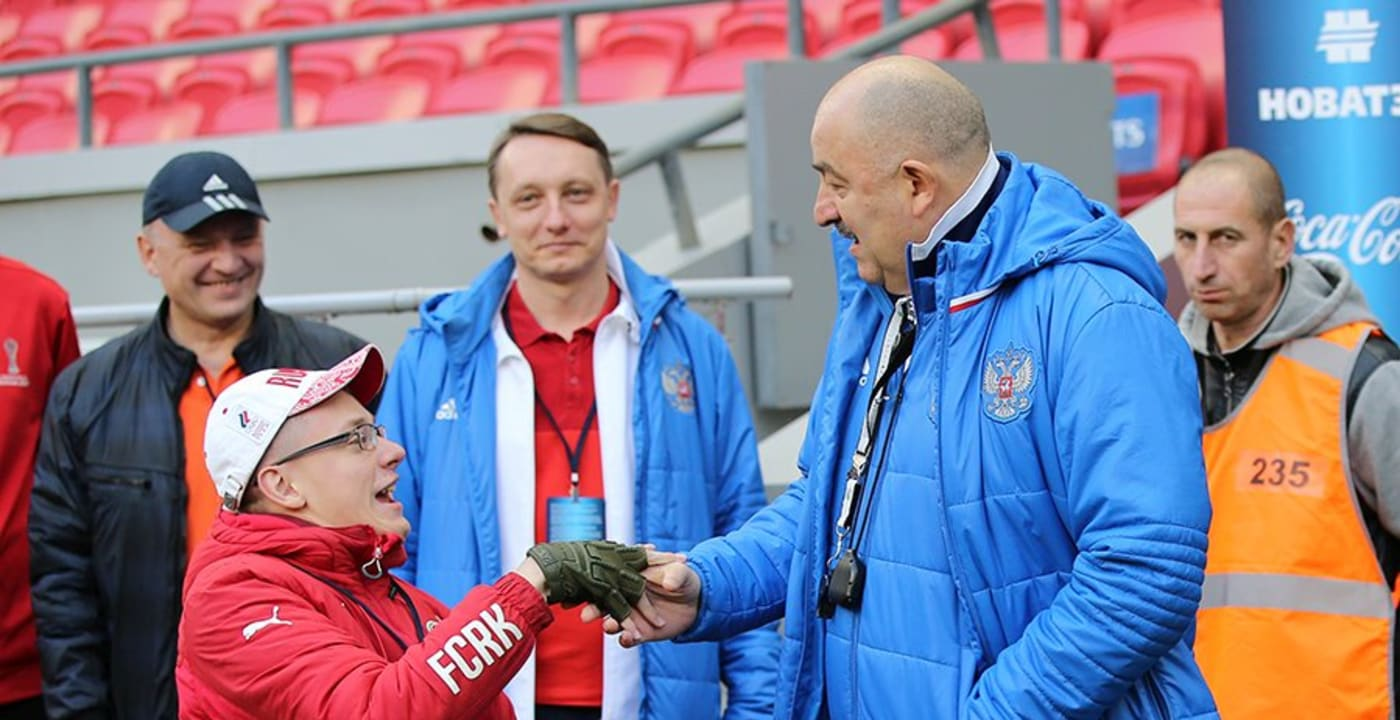 La Fédération russe de football (Russian Football Union ou RFU) embauche un supporter en situation de handicap dansson service de communication