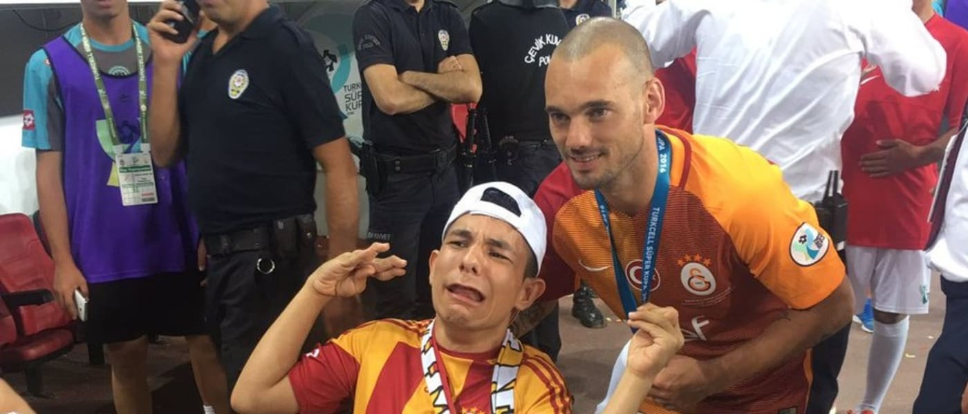 Sneijder with a disabled fan