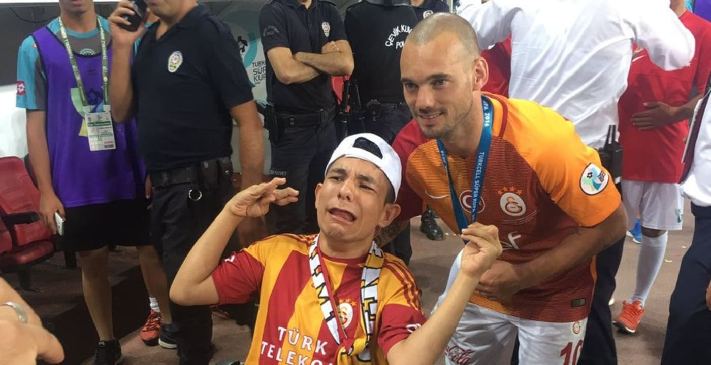 Wesley Sneijder donates Süper Kupa medal to disabled fan