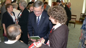Never Again founder receives distinction from Polish president